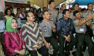Kapolres Jember AKBP Sabilul Alif dan Menteri PANRB Asman Abnur di acara Forum Replikasi Inovasi Pelayanan Publik di Bale Asri Pusdai, Bandung, Rabu (26/10)/Foto: Dok. KempanRB
