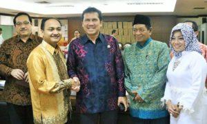Menteri PANRB Asman Abnur berfoto bersama anggota DPD RI seusai Raker, Kamis (20/10)/Foto: Dok. KemenpanRB