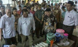 Menteri Perdagangan Enggartiasto Lukita bersama Menteri Pertanian Amran Sulaiman mengunjungi sentra produksi jagung di Kecamatan Ambal, Kabupaten Kebumen/Foto: suara.com