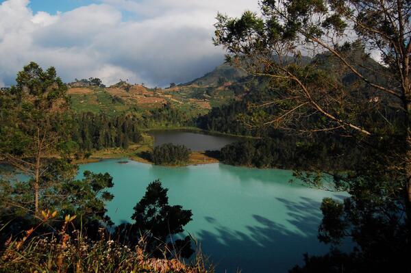 Pesonan Telaga Warna Kabupaten Wonosobo. Foto via @BikinLaparMata