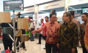 Sekjen Kemenperin, Syarif Hidayat, saat mengunjungi salah stand PPI di Grand City Surabaya, foto @yuninukti