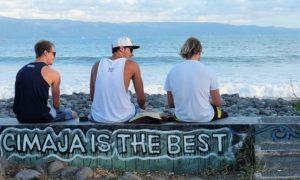 Beberapa Turis Asing Sedang Menikmati Pantai Cimaja/Foto: Dok. @arievrahman