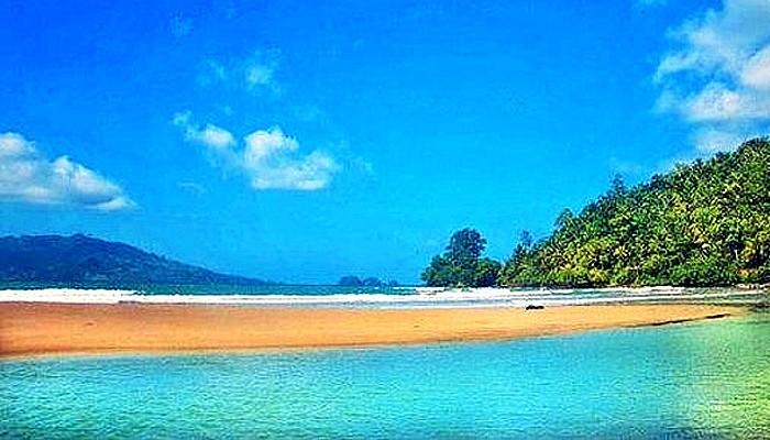 Pantai Pasir Putih Damas andalan wisata Kota Trenggalek.