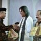 Mendikbud menyerahkan penghargaan kepada Seniman pendiri Rumah Dunia, Gol A Gong/Foto: Dok. Humas Kemendikbud