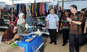 Menteri Perdagangan Enggartiasto Lukita sapa warga di Pasar Giwangretno, Kebumen, Jumat (7/10)/Foto: Dok. Kemendag