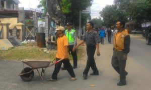 warga menandatangani penolakan Pemilihan Kepala Desa (Pilkades) 2016 serentak Desa Bungkal, Kecamatan Bungkal, Kabupaten Ponorogo, Jawa Timur. Foto Muh Nurcholis Nusantaranews