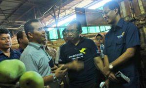 Direktur Keuangan PD Pasar Jaya Ramses Butarbutar (Baju putih garis-garis hitam) di Pasar Induk Kramat Jati, Jakarta Timur, Jumat (11/11)/Foto Andika / Nusantaranews