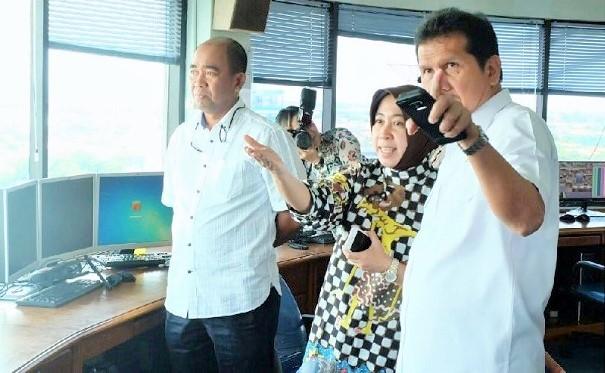 Menteri Asman Abnur didampingi Dirut Pelindo III dan Dirut TPS menyaksikan terminal petikemas dari lantai 8 kantor TPS Surabaya, jum'at (18/11)/Foto: Dok. Human KemenPANRB