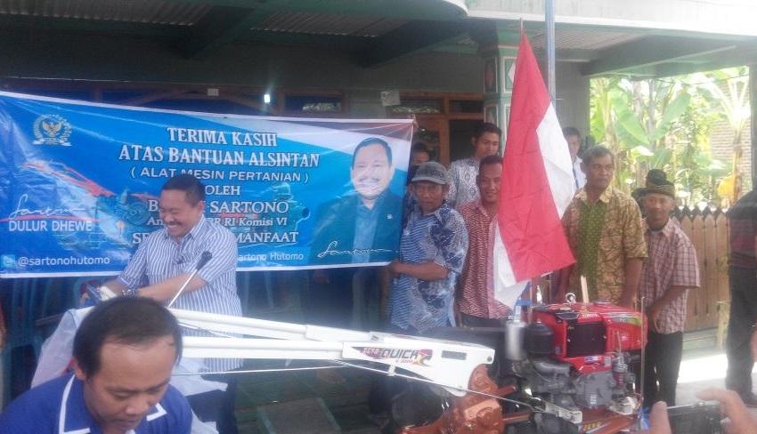 Anggota DPR RI Komisi VI, Sartono Serahkan Hadtraktor kepada warga Ngawi. foto nurcholis/nusantaranews