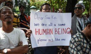 Beberapa masyarakat mengkritik Aung San Suu Kyi atas krisis kemanusian di Rohingya. Foto via BCC