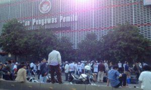 Depan Gedung Bawaslu jadi titik penyaluran logistik/Foto Deni / Nusantaranews