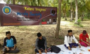"Write Society (WS) Banom OSIS SMP P Al-In'am Banjar Timur, Gapura, Sumenep, Gelar ""Kelana Imajenasi"" di Pelabuhan Bintaro, Minggu (4/11)/Foto: Dok. Write Society (WS)"