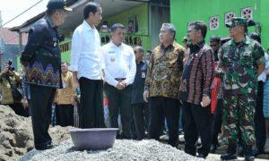 Presiden Joko Widodo didampingi MendesPDTT Eko Sandjojo, saat meninjau langsung penggunaan dana desa yang dimanfaatkan untuk infrastruktur di Desa Pabentengang, Marusu, Maros, Sulawesi Selatan, Sabtu (26/11/2016)/Foto: Wening/Humas Kemendes PDTT