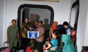 Ibas Saat Menyerahkan Bantuan Kepada Warga di Kota Trenggalek. Foto Nurcholis/Nusantaranews