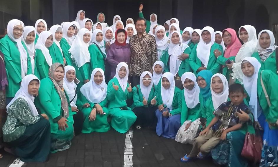 Mahfud MD berposes dengan para fatayan NU. foto Dok. Pribadi