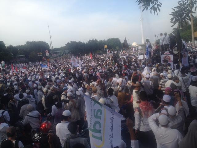Massa aksi di titik bundaran Patung Kuda Indosat. Foto Deni MutarudinNusantaranews