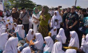 Menteri Kelautan dan Perikanan Ibu Susi berjumpa dengan para santri tebu ireng Jawa Timur. Foto Dok. Pribadi