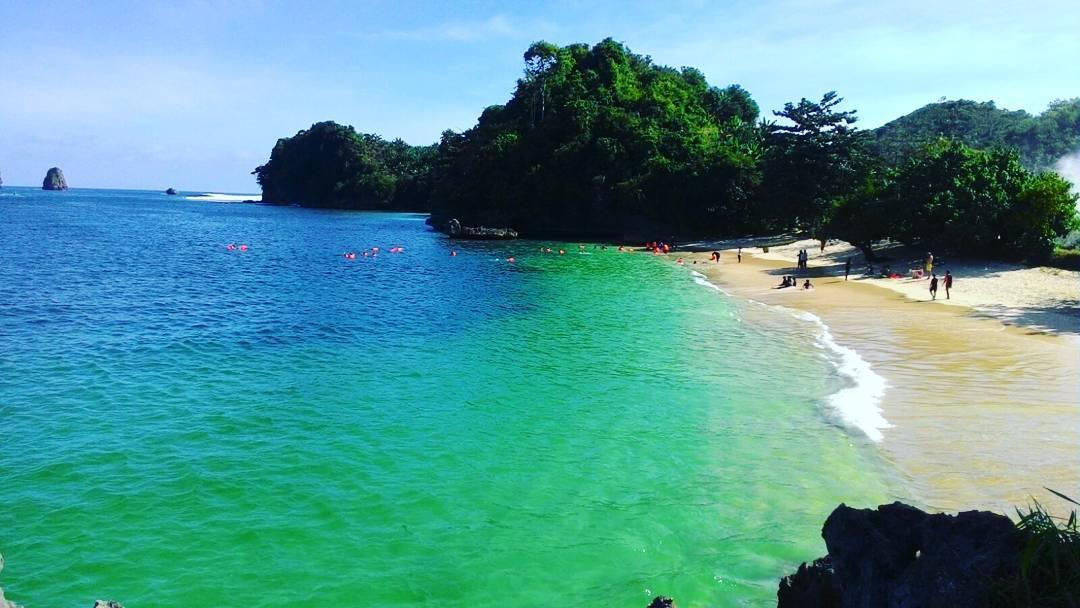 Pantai tiga warna di kota malang. Foto via piknikasik