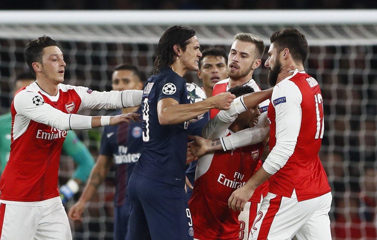 Pemain PSG, Cavani Tampak Bersitegang dengan Oliver Giroud. Foto Dok. @TheMagiciantGoat