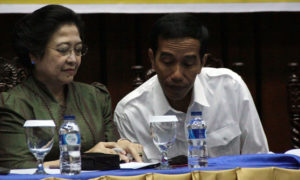 Presiden Jokowi (Putih) dan Megawati tampak sedang berbicara. Foto via klimg