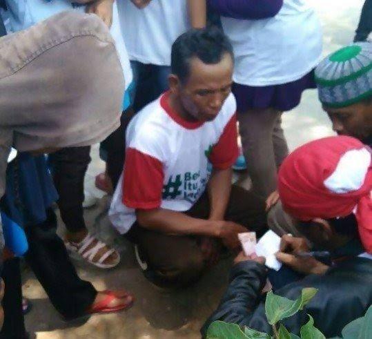 Tampak Peserta Parade sedang didata untuk antri pembagian uang. Foto via Ronin Indonesia