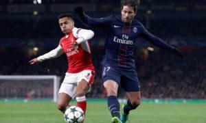 Tampak pemain Arsenal Alexis Sancez berebut bola dengan pemain PSG. Foto Dok. Arsenal Football