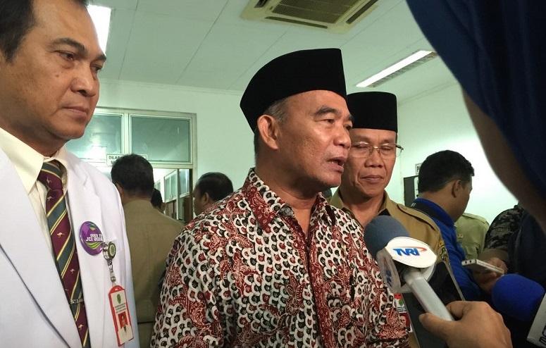 Menteri Pendidikan dan Kebudayaan (Mendikbud) Muhadjir Effendy saat mengunjungi korban ledakan bom di RSUD A.W. Syachranie Samarinda, Senin (14/11)/Foto: dok. Kemdikbud