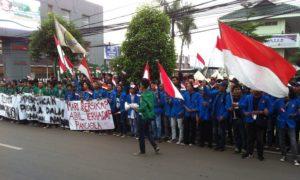 Komando Jakarta-Tangsel melakukan aksi unjuk rasa di depan Kampus STIE Ahmad Dahlan, Lebak Bulus, Jakarta, Selasa (22/11)/Foto Deni / NUSANTARAnews