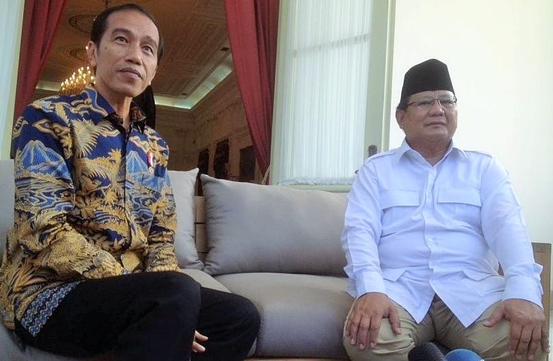 Presiden Jokowi dan Prabowo Subianto berbincang di beranda belakang Istana Merdeka, Jakarta, Kamis (17/11)/Foto: Dok. Republika/Halimatus Sa'diyah