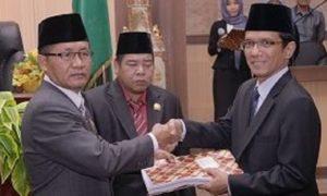 Penyerahan keputusan DPRD Muba antara Ketua DPRD Muba Abusari SH MSi dan Plt Bupati Muba David/Foto: Dok. SumselUpdate