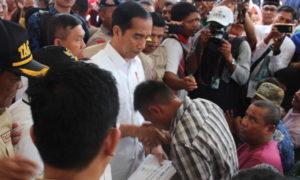 Presiden Joko Widodo (Jokowi) meninjau satu masjid yang rusak akibat gempa bumi di Kabupaten Pidie Jaya, Aceh, Jumat (9/12/2016) dan disambut anak-anak dengan nyanyian. Foto: Dok. NUSANTARANEWS