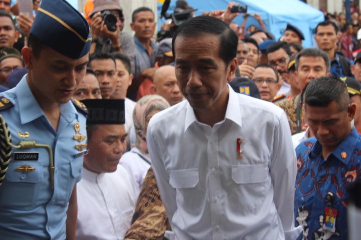 Presiden Joko Widodo (Jokowi) meninjau satu masjid yang rusak akibat gempa bumi di Kabupaten Pidie Jaya, Aceh, Jumat (9/12/2016) dan disambut anak-anak dengan nyanyian/Foto Rihrad Andika / NUSANTARAnews