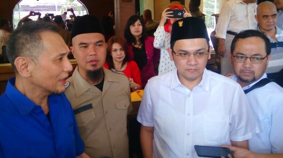 Ahmad Dhani dan Farhat Abbas. Foto Andika/Nusantaranews