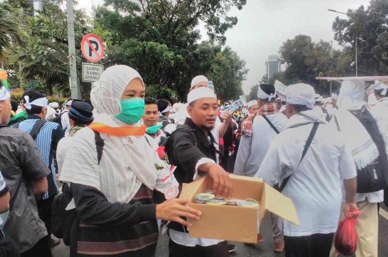 Ada yg menawarkan teh manis #AksiBelaIslam3/Foto: Istimewa (Tukang Ketring #212)