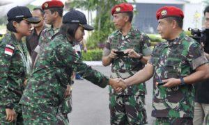 Danjen Kopassus, Mayjen TNI Madsuni, saat menyambut dan menyalami Tim Tembak AARM di Lanud Halim Perdana Kusuma. Foto Dok. Dispenad
