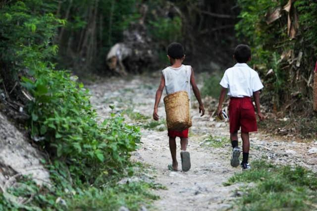 Dua anak kecil berjalan di daerah tertinggal kawasan timur. Foto Ilustrasi/IST