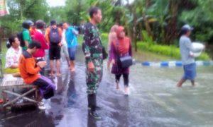 Koramil Bersama BPBD Jember Atasi Bencana Banjir Bangsalsari dan Semboro/Foto Sis24