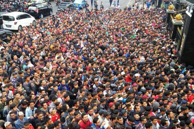 Suasana Antrean Tak Tertib, Penjualan Tiket Final Piala AFF di-Stop/Foto Andika/NUSANTARAnews