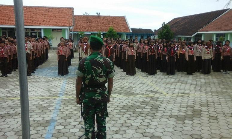 Babinsa Koramil 0824/08 Mayang Bekali Pelajar Wawasan Kebangsaan/Foto Sis24