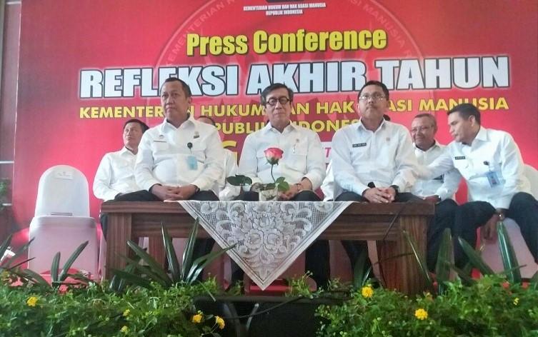 Menteri Hukum dan Hak Asasi Manusia (HAM) Yasonna Laoly (tengah) dalam Konferensi Pers Akhir Tahun, di Kantornya, Jakarta Selatan, Kamis, (29/12/2016)/Foto Fadilah/NUSANTARAnews