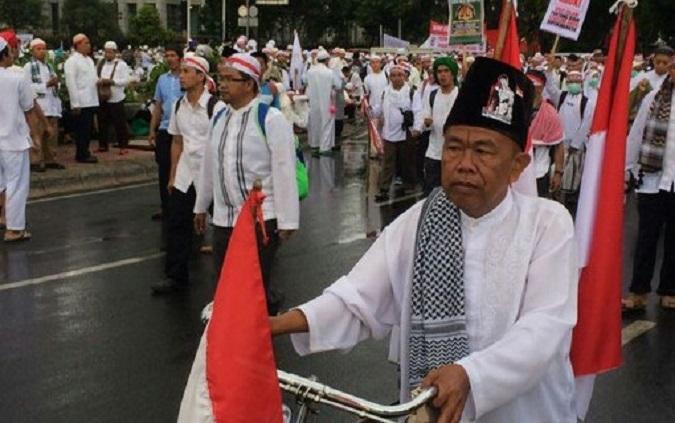 Mulyono Si Tukang Pijat Bersepeda Sendirian Ikuti Aksi Bela Islam III/Foto Andika / NUSANTARAnews