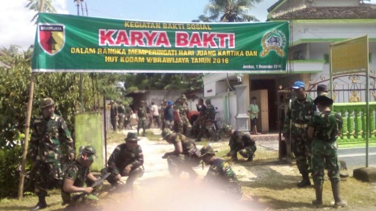 Karya Bakti Kodim 0824 Bersama Yon Armed 8-105 Tarik/Foto Sis24