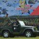 Kasad, Jenderal TNI Mulyono, saat menaiki Jeep sembari mengecek kesiapan pasukan TNI AD. Foto Dok. Dispenad