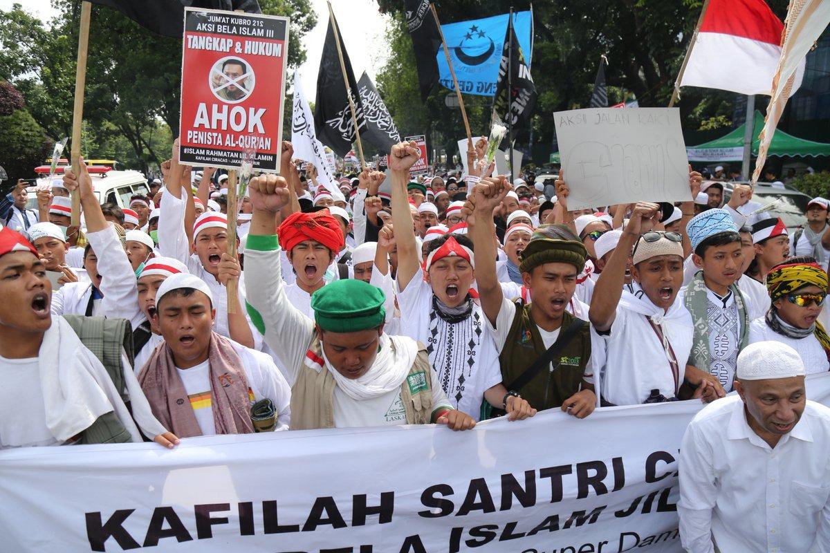 Massa aksi demo 212 bubar sembari menyanyikan lagu 'Ahok Tangkap'. Foto IST