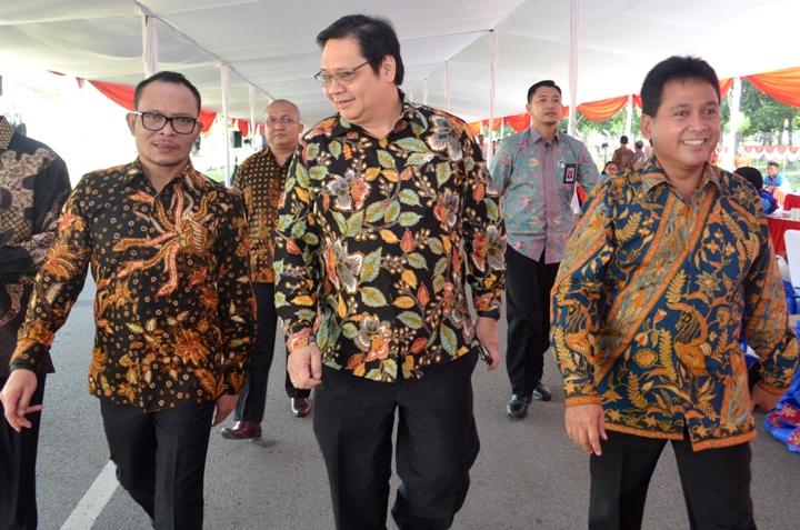 Menteri Perindustrian Airlangga Hartarto bersama Menaker M. Hanif Dakhiri usai mendampingi Presiden Joko Widodo pada acara Deklarasi Pemagangan Nasional di Karawang, Jawa Barat, Jumat (23/12)/Foto: Dok. Humas Kemenperin