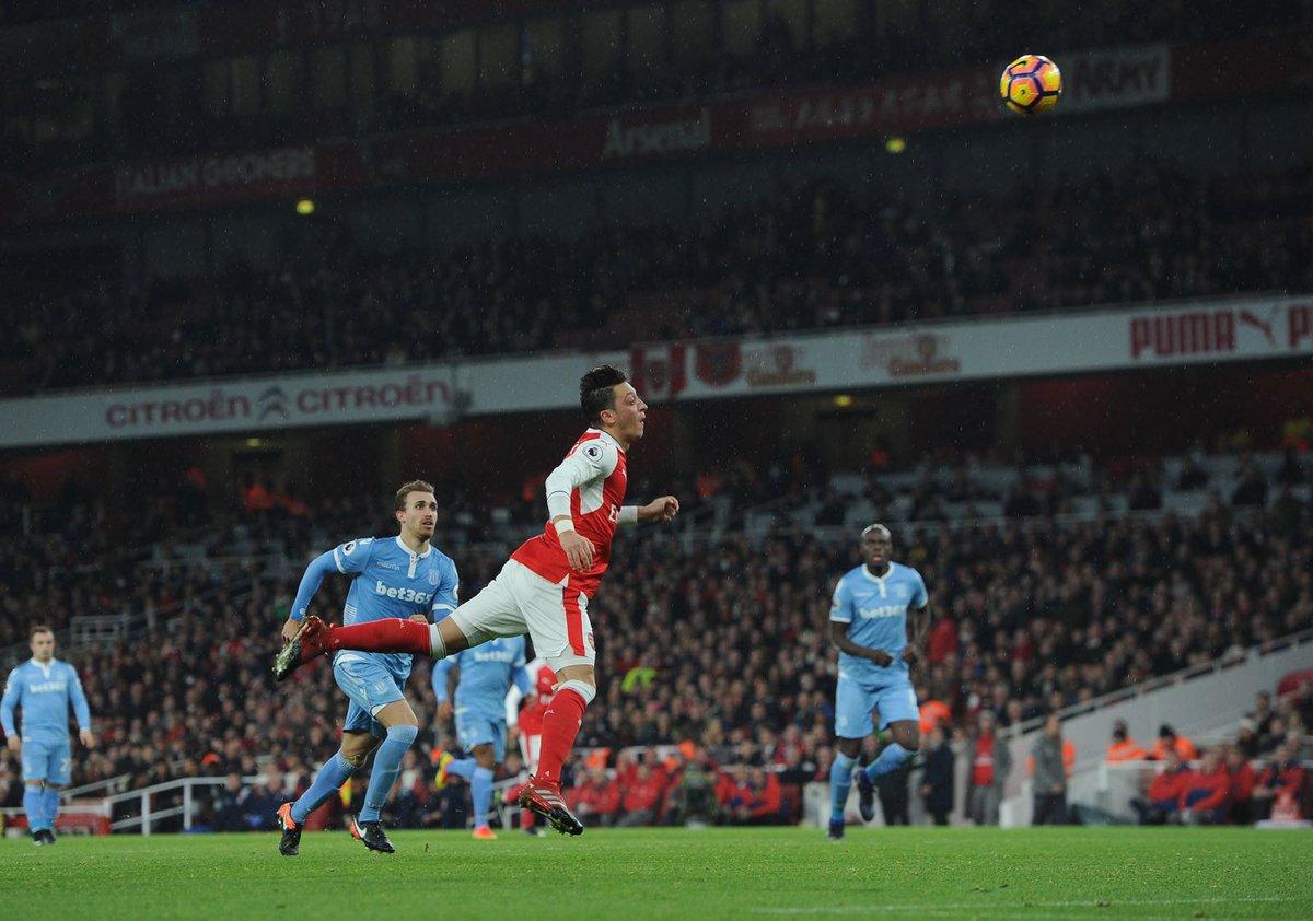 Mesut Ozil saat mencetak gol lewat tandukan kepala. Foto via @ozilStuf
