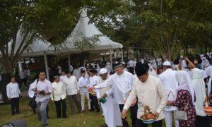 Pangdam IM saat ziarahi makam korban Tsunami Aceh. Foto Dok. TNI AD