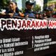 Pendemo dengan damai di luar sidang Ahok, juga bikin macet jalan Gajah Mada/Foto Fadilah / Nusantaranews