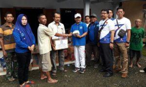 Penyerahan simbolik bantuan kepada warga korban bencana tanah longsor. Foto Muh Nurcholis/Nusantaranews