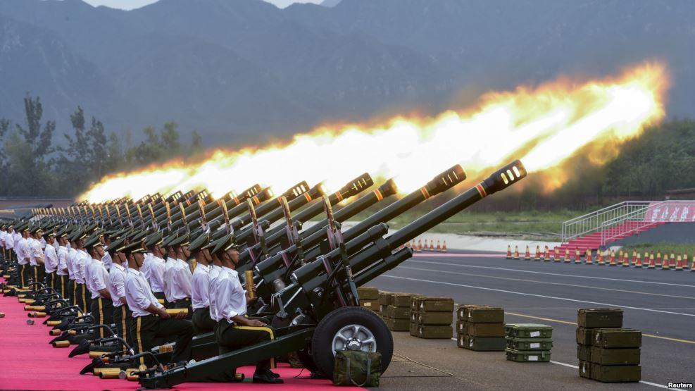 Polisi Keamanan Cina Pamerkan Meriam Api saat parade 70 tahun memperingan perang dunia II di Beijing. Foto via VOANEWS